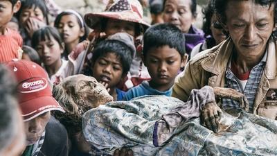 Los habitantes de Tana Toraja llevan la limpieza de tumbas a extremos muy morbosos
