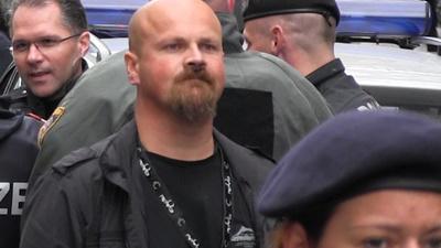 Pizzeria Anarchia: Was macht ein bewaffneter Polizeigewerkschafter in der Sperrzone?