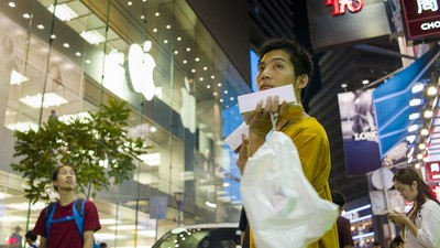 Meeting Hong Kong's Obnoxious iPhone Scalpers