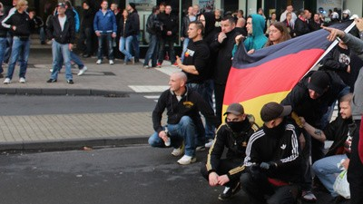 Hooligans bringen deutschen Terror zurück auf die Straße