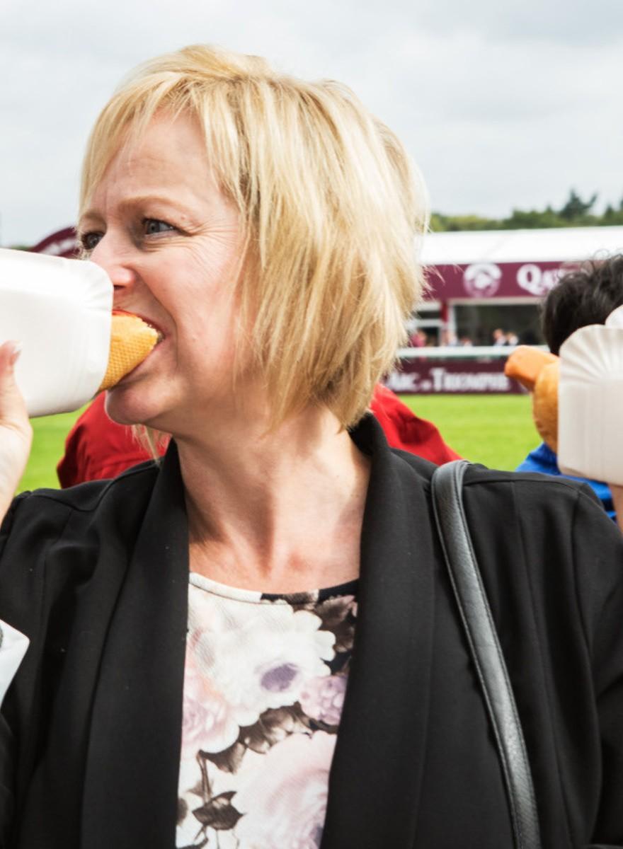Hotdogs en hennatatoeages bij de meest prestigieuze paardenraces van Europa