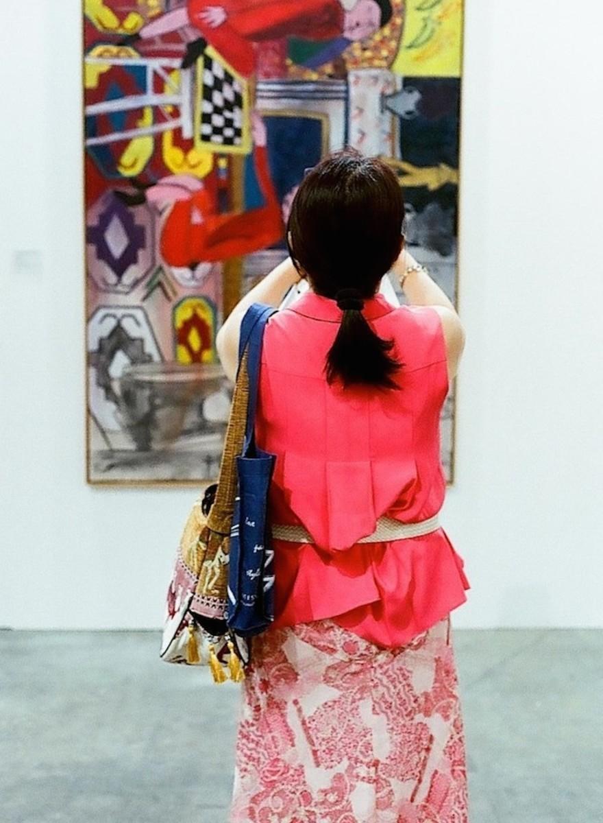 Foto di persone che fanno foto a opere d'arte