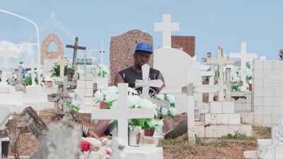 Les fleurs artificielles du cimetière de Cayenne