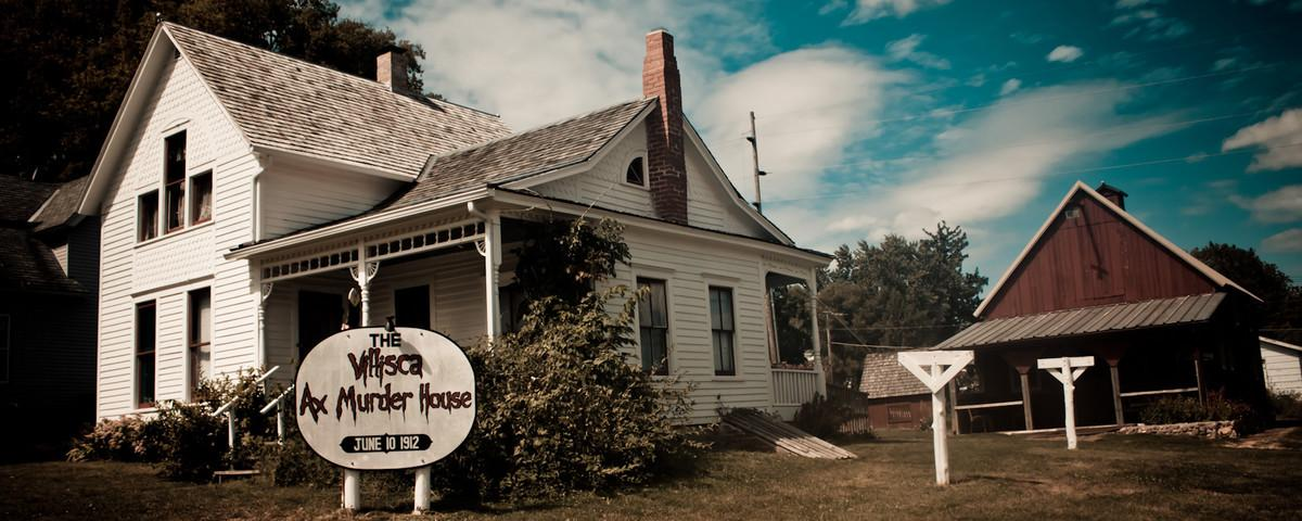 ​Why Did a Ghost Hunter Stab Himself Inside a Famous Ax-Murder House?