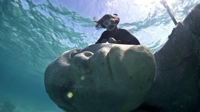 Budování největší podmořské sochy na světě