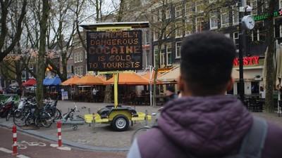 De dealer die witte heroïne verkoopt aan toeristen is op alle vlakken stom bezig