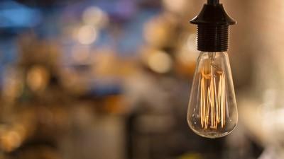 De schimmige wereld achter de kooldraadlamp