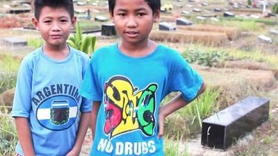 Copiii care locuiesc și lucrează în cimitirele Indoneziei