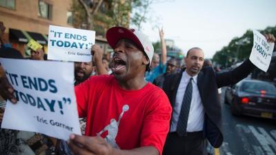 De agent die Eric Garner in een wurggreep nam tot hij stikte wordt niet vervolgd