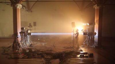 96 Lampen erschaffen eine robotische Symphonie