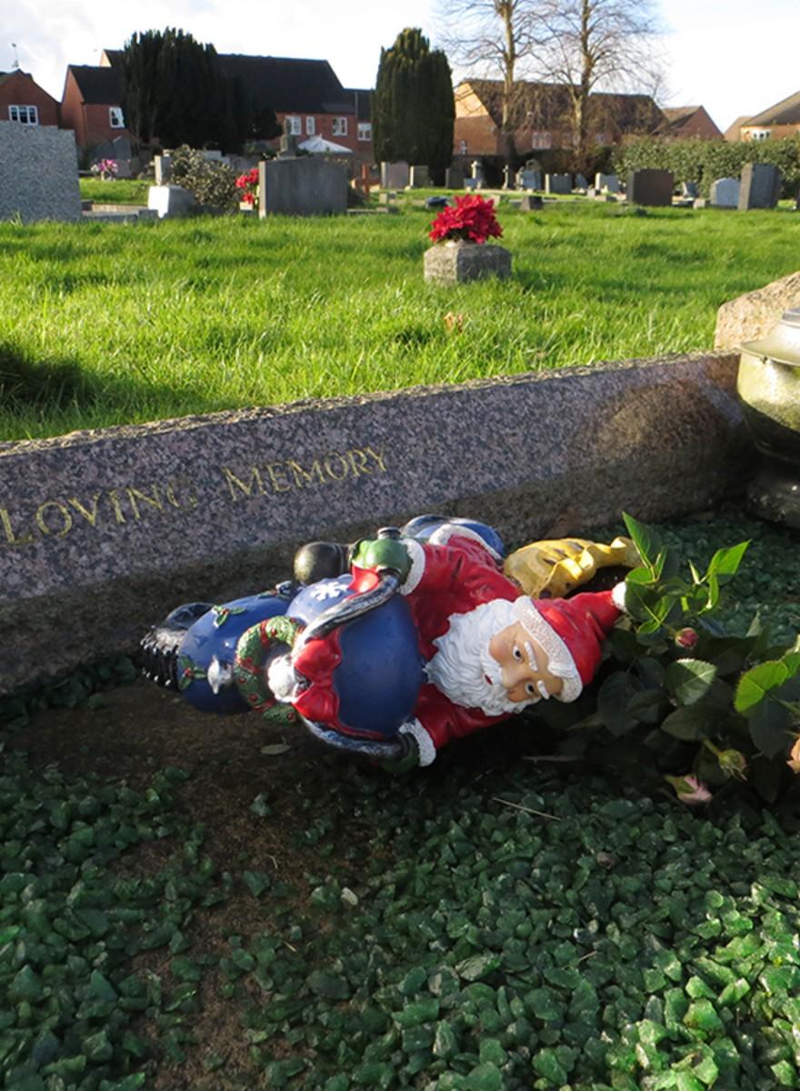 Foto di decorazioni natalizie in luoghi deprimenti
