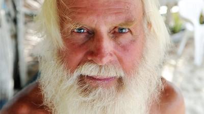 Como um Milionário Australiano Acabou Sozinho e sem Camisa numa Ilha Tropical