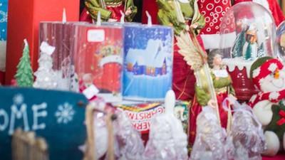 Târgul tradiţional de Crăciun din București e raiul kitschului chinezesc