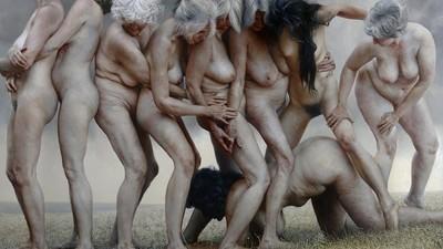 O artistă tânără e obsedată de nudurile cu femei bătrâne