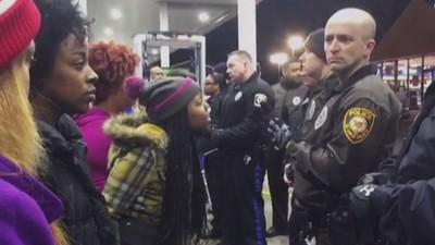 Er is in de buurt van Ferguson weer een zwarte jongen doodgeschoten door de politie
