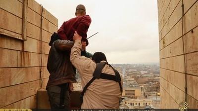 En imágenes: miembros del Estado Islámico arrojan a hombres homosexuales desde lo alto de un edificio