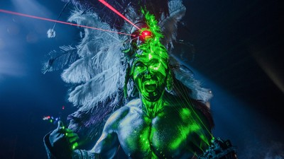 Platiqué con el azteca que baila 'Dance with the Devil' en los clubes y raves