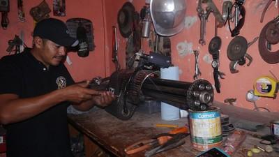 Reynol, el policía comunitario que fabrica armas