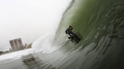 Surf en la Barceloneta, parece un chiste pero no