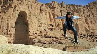 Skateriţele din Afganistan simt libertatea pe placă