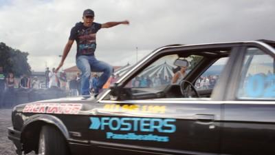Točení dokola autem zatímco stojíte na kapotě je oficiální sport jihoafrických předměstí