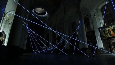 Leuchtende Fäden verwandeln eine alte Kathedrale in einen riesigen Klavierflügel