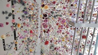 16.000 Blumen werden zu einer lebenden Skulptur