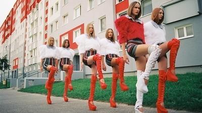 Fotograful ăsta transformă pictorialele de modă în carnavaluri comuniste