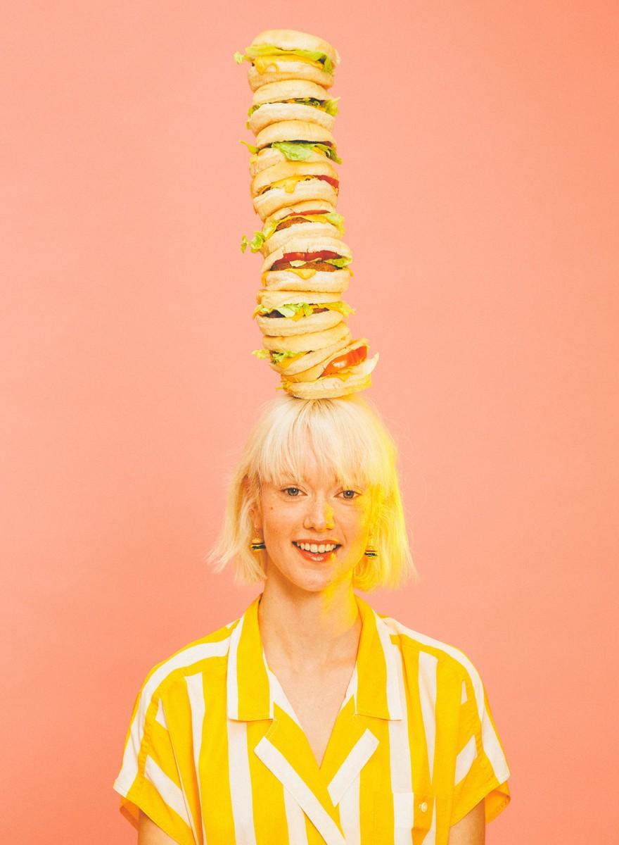 Moda: balancear hamburguesas en tu cabeza es más fácil de lo que crees