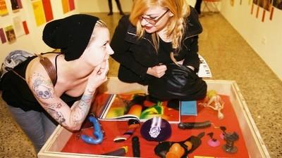 Mit zwei Pornoexpertinnen (hetero) in einer Pornoausstellung (homo)