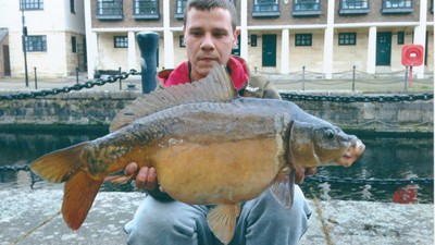 The Men Who Spend Their Nights Urban-Fishing in London's Canals