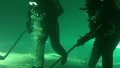 Scafandrii ruși au jucat hockey de-a-ndoaselea sub un lac înghețat