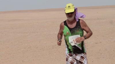 Este señor corre maratones en el desierto protegido por el Frente Polisario