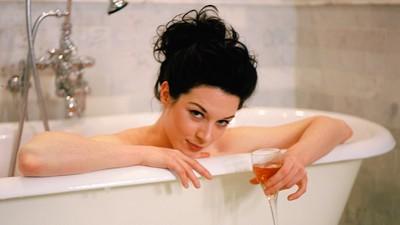Stoya toma banho enquanto nos fala do seu novo site de pornografia pago