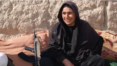 La única mujer jefa de policía de Afganistán desafía a los talibanes