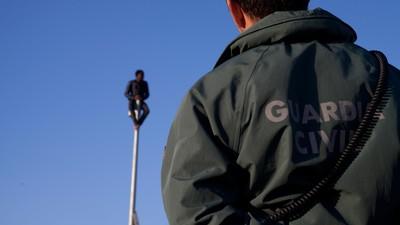 Saltar la valla de Melilla y ser inmigrante 'clandestino' en España