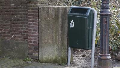 Een man kreeg een boete voor het netjes weggooien van papier in de prullenbak