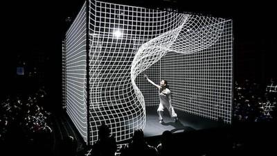 Diese Tänzerin krümmt mit ihrer Projection Mapping-Performance Licht
