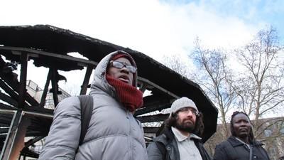 Wer hat das Flüchtlingsdenkmal in Berlin angezündet?