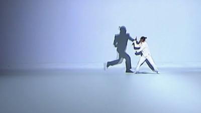 Ein Mann kämpft Kung Fu gegen seinen digitalen Schatten