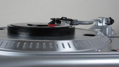 Cu discul ăsta poți să asculți orice melodie la patefon