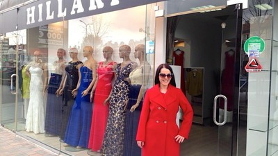 Een bezoekje aan een kledingzaak met Hillary Clinton-kleding