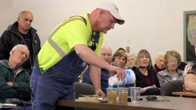 So reagieren Energie-Lobbyisten, wenn sie Fracking-Wasser trinken sollen