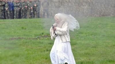 In Moldawien standen 500 Soldaten einer mit einer AK-74 bewaffneten Braut gegenüber