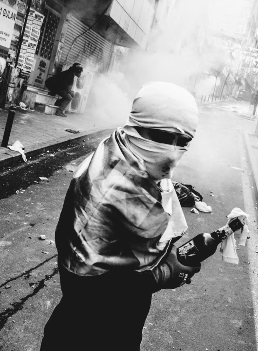 Mit Molotows gegen Tränengas: Fotos vom 1. Mai in Istanbul