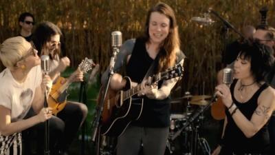 """Miley Cyrus, Laura Jane Grace y Joan Jett hacen una versión de """"Androgynous"""" de los Replacements"""