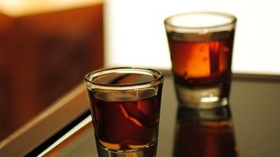 Poate fi considerat omor, dacă servești pe cineva cu 56 de shoturi de băutură?
