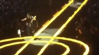 Mira a The Edge de U2 caerse del escenario a la mitad de un solo