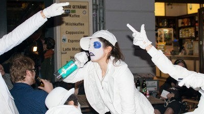 Deze feestverziekende mimespelers gaan vroeg of laat klappen krijgen van dronken toeristen in Berlijn