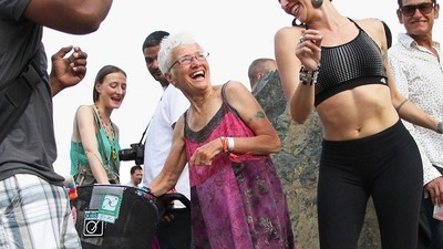 Tanzen bis ins Grab, mit der Raving Grandma (72)